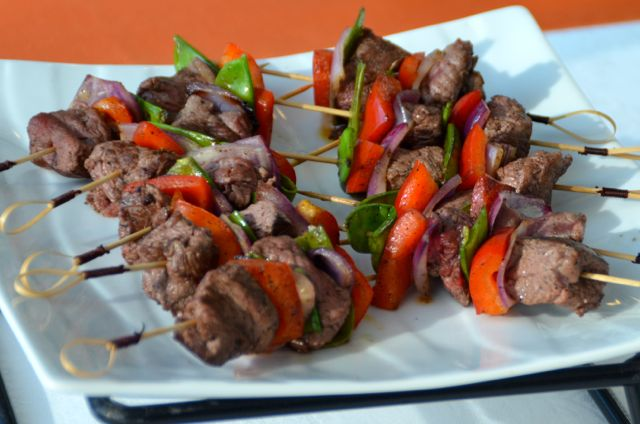 Les brochettes sont cuites sur place au barbecue ou à la plancha.