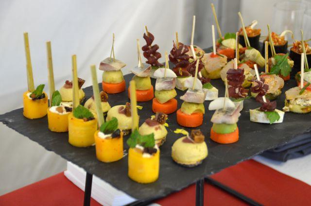 Servis sur ardoises ce buffet cocktail mixe couleurs et saveurs.