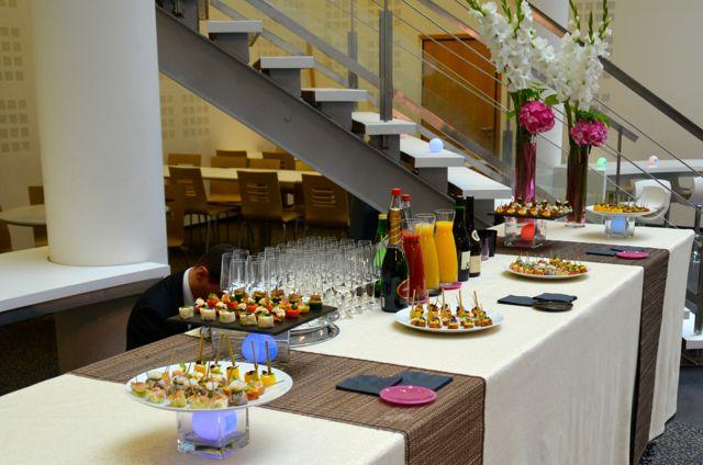 Ce buffet propose une variété de bouchées verrines et cuillères étonnante.