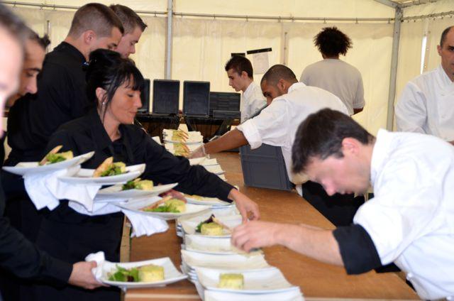 Les plats sont préparés sur place et servis à table.
