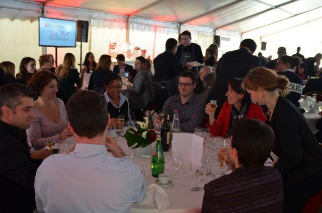 Les invités profitent d'une entrée et d'un plat composés à base de produits frais.
