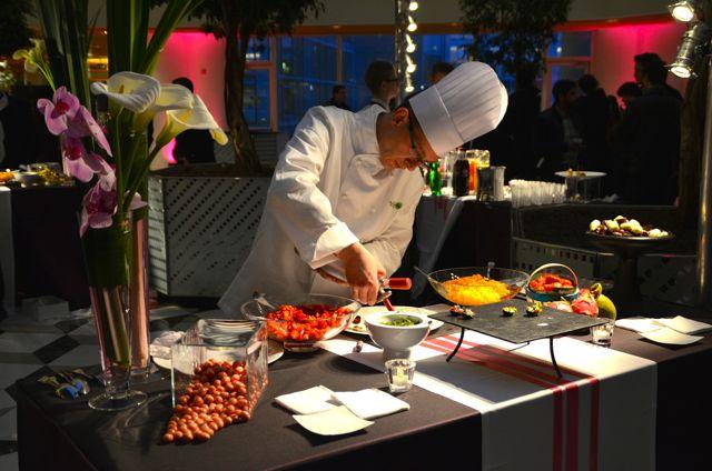 Certains plats et amuse-bouches sont préparés à la minute pour les invités.