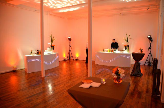 L'espace cocktail est très bien agencé avec des éclairages soignés.